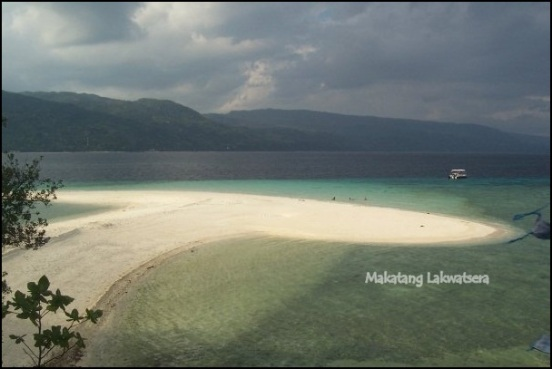 Makatang Lakwatsera @  Sumilon Island This here is the island's sand bar. The island's bar changes it's location depending on the tide. This is just one of the many things you can explore in this beautiful island.